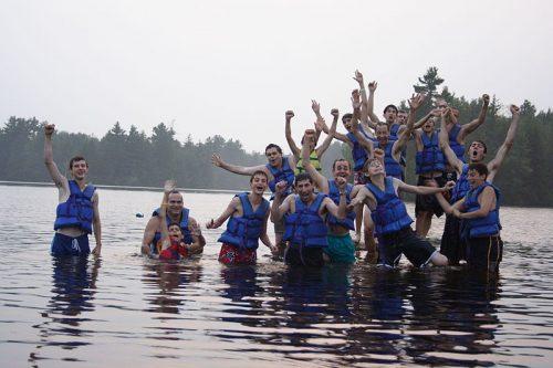 """""""여름 캠프(summer camp)란 여름에 관리감독 하에 아동 청소년 대상으로 진행되는 활동들을 말한다"""" ― 위키백과 ⓒ Becket Chimney Corners YMCA"""