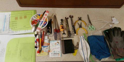 구의역에서 사망한 '김군'의 가방 속에 있던 물건들